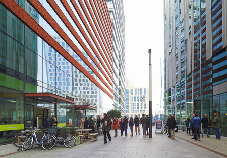 Zuidas 5 - Lunchtijd - foto door pietsnoeier op 06-03-2021 - deze foto bevat: amsterdam, architectuur, gebouw, kunst, zuidas, lunchtijd