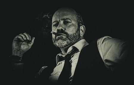 Smoking - Workshop Noir - foto door co-loeffen op 16-04-2021 - deze foto bevat: baard, flitsfotografie, jas, stropdas, halsband, zwart en wit, gezichtshaar, overhemd, kunst, snor