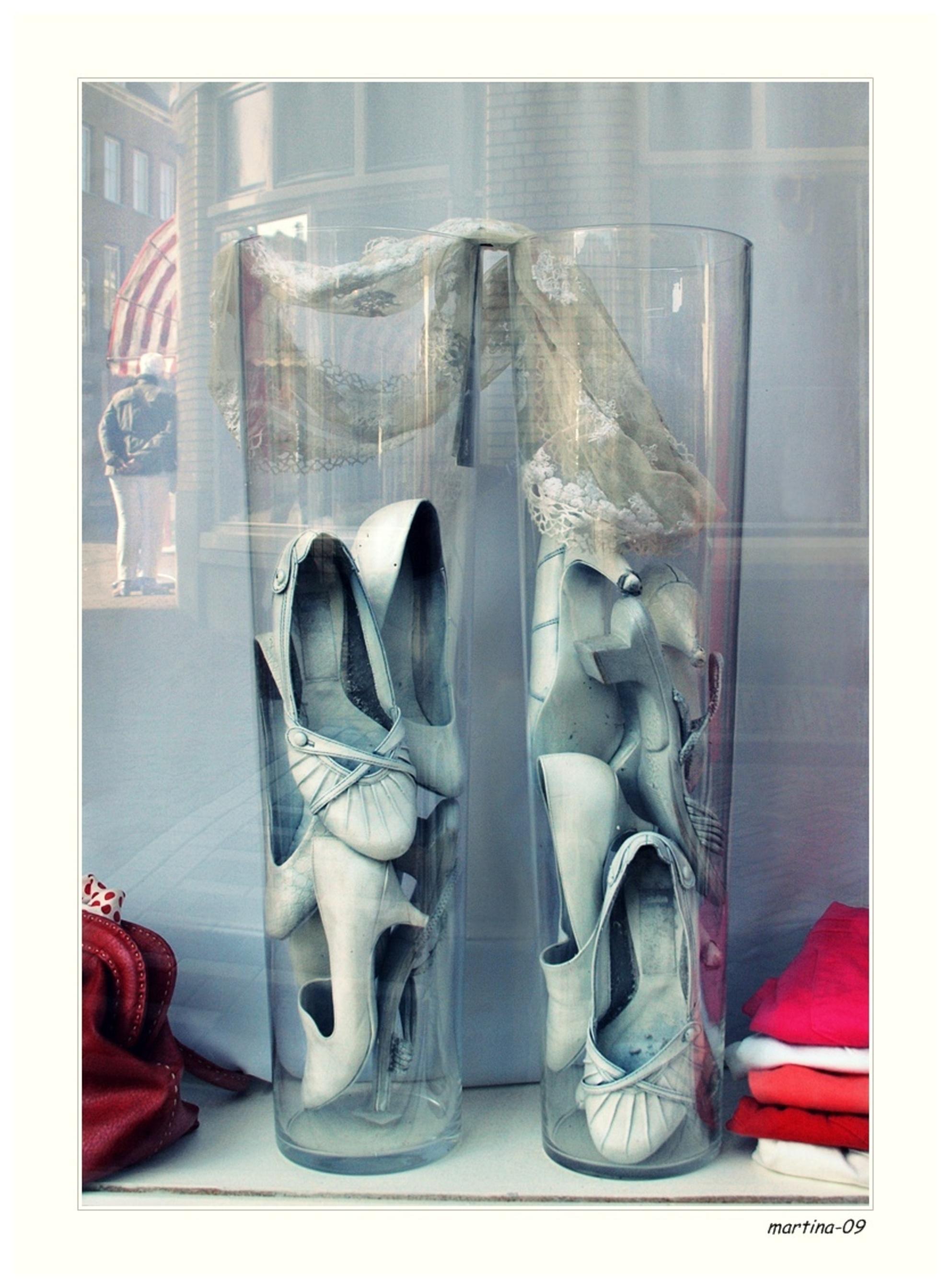 kijkkast... - in de etalage .... x      fijne dag nog  en bedankt voor de reakties ... - foto door martina-09 op 21-03-2013 - deze foto bevat: schoenen, tas, etalage, vazen, tshirts - Deze foto mag gebruikt worden in een Zoom.nl publicatie