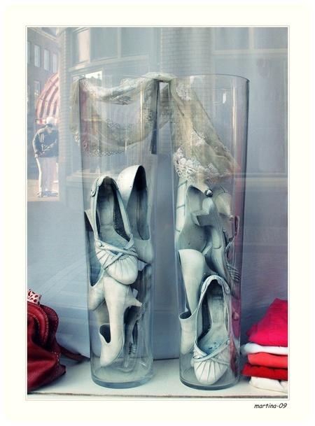 kijkkast... - in de etalage .... x      fijne dag nog  en bedankt voor de reakties ... - foto door martina-09 op 21-03-2013 - deze foto bevat: schoenen, tas, etalage, vazen, tshirts