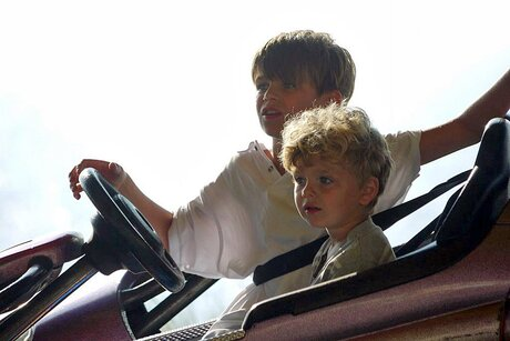 Samen in een botsautootje op de kermis.