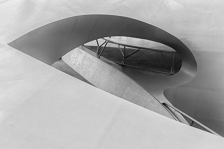Station Arnhem... maar dan anders - Het station van Arhnem, maar dan vanuit een verrassende hoek. - foto door daveenrenee op 04-07-2017 - deze foto bevat: station, trap, abstract, licht, lijnen, architectuur, gebouw, kunst, perspectief, nederland, zwartwit, arnhem, railing