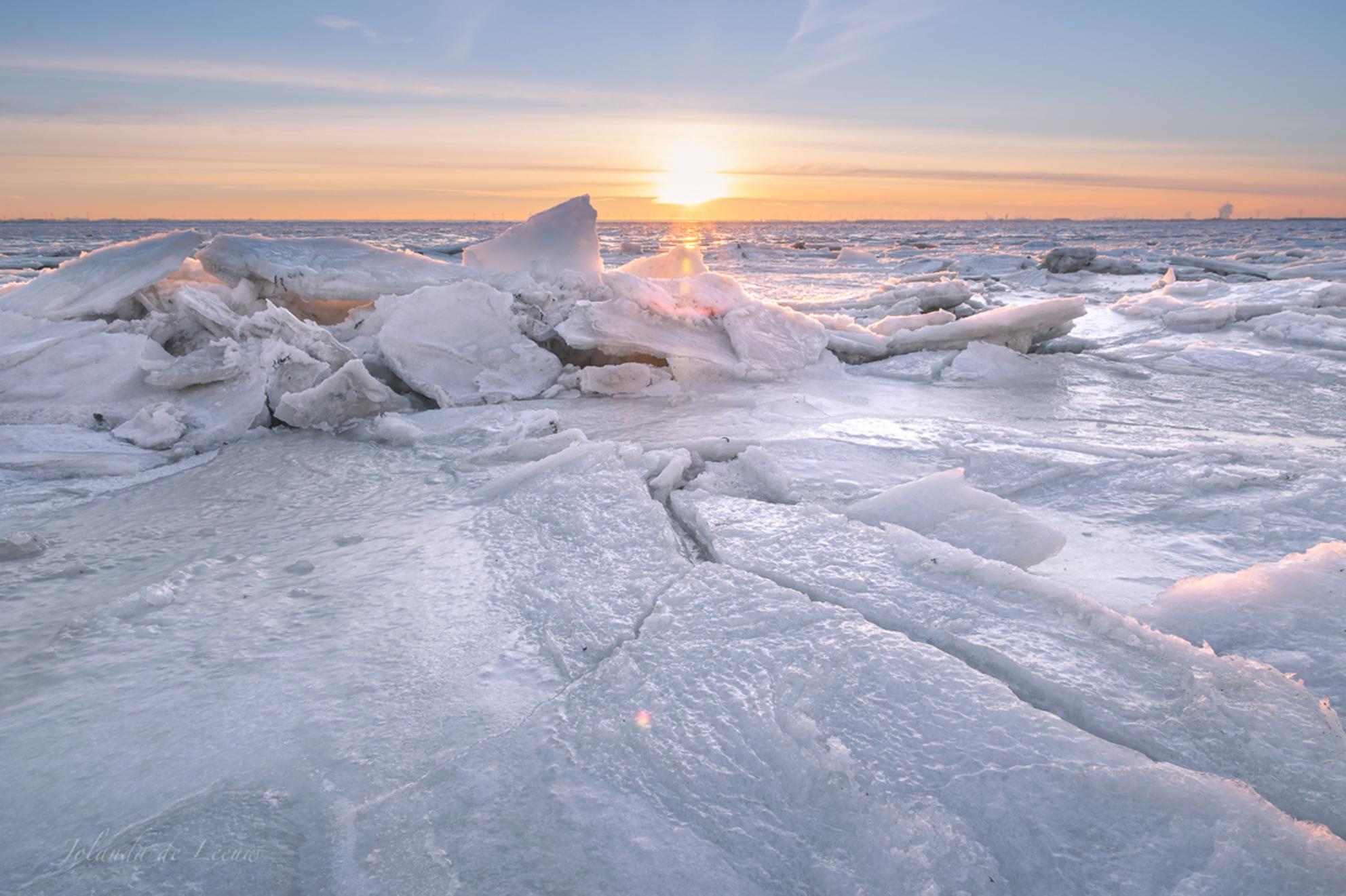 Zeeuwse Antarctica - Ijsschotsen op de Oosterschelde - foto door JolandadeLeeuw op 16-02-2021 - deze foto bevat: zon, zee, natuur, sneeuw, ijs, landschap, zonsopkomst, kust, hdr, ijsschotsen - Deze foto mag gebruikt worden in een Zoom.nl publicatie