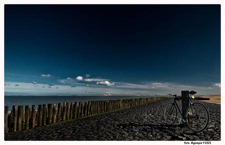 On the bike - Stukje gefietst.......met mijn fototoestel.  Bedankt voor de reacties op kleine vuurvlinder - foto door mgompie op 08-04-2021 - deze foto bevat: fiets, mgompie, mgompieblauw, zeeland, kust, strand, dijk, paalhoofd, fiets, wiel, band, wolk, lucht, water, fietswiel, fietsen - uitrusting en benodigdheden, fietsband, lichaam van water