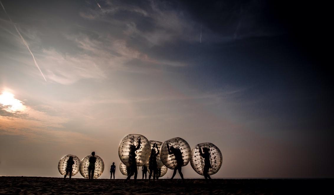 From Heaven & Earth - Een BUITENaards tafereel op het Scheveningse strand. Gewacht op het gouden uur om de Sumo voetballers vast te leggen. - foto door schotman op 01-04-2015