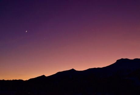 zonsondergang achter de berg