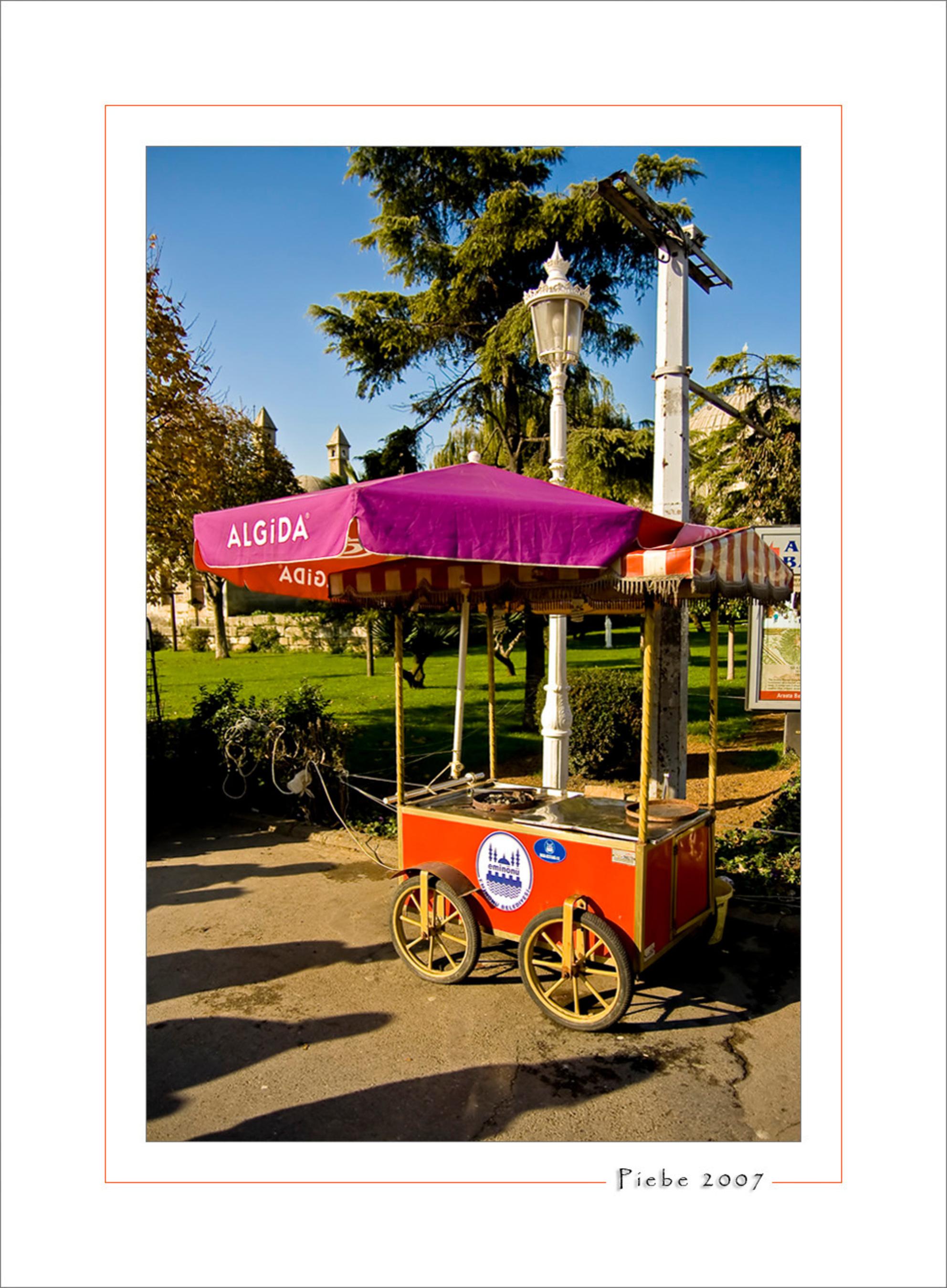 Gepofte kastanjes - Deze karrejtes kwam je overal in Istanboel tegen. Ze hadden wat houtskool en legden daar kastanjes op die aan een kant waren open gesneden. Op deze m - foto door Piebe op 30-11-2007 - deze foto bevat: straat, karretje, istanboel, gepofte, kastansjes - Deze foto mag gebruikt worden in een Zoom.nl publicatie