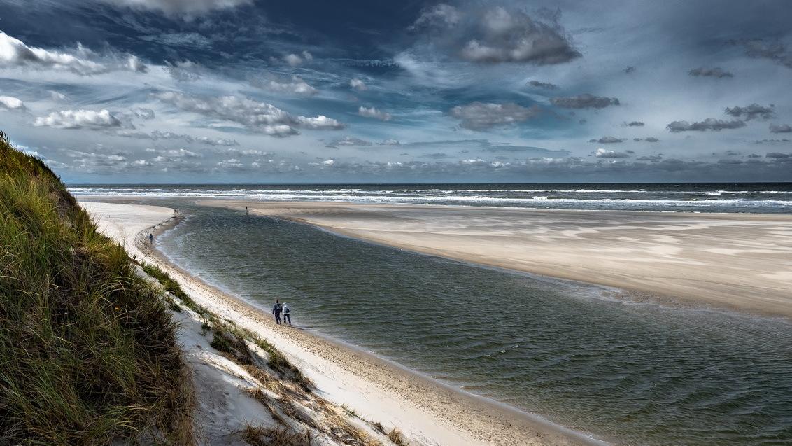 Wandelaars bij De Slufter - - - foto door jrubels op 14-03-2020 - deze foto bevat: wolken, strand, zee, water, landschap, zand, kust, wandelaar