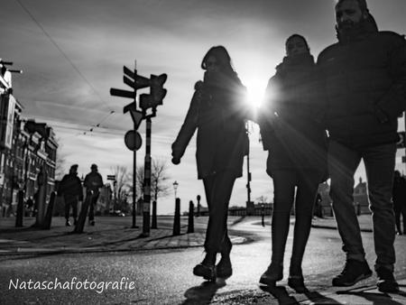 De zon met je meedragen.... :-) - Deze foto heb ik gemaakt tijdens de workshop straatfotografie van Zoom en Olympus, waarin we met straatfotograaf Fokko Muller op pad gingen. Een leer - foto door Taswor op 25-01-2019