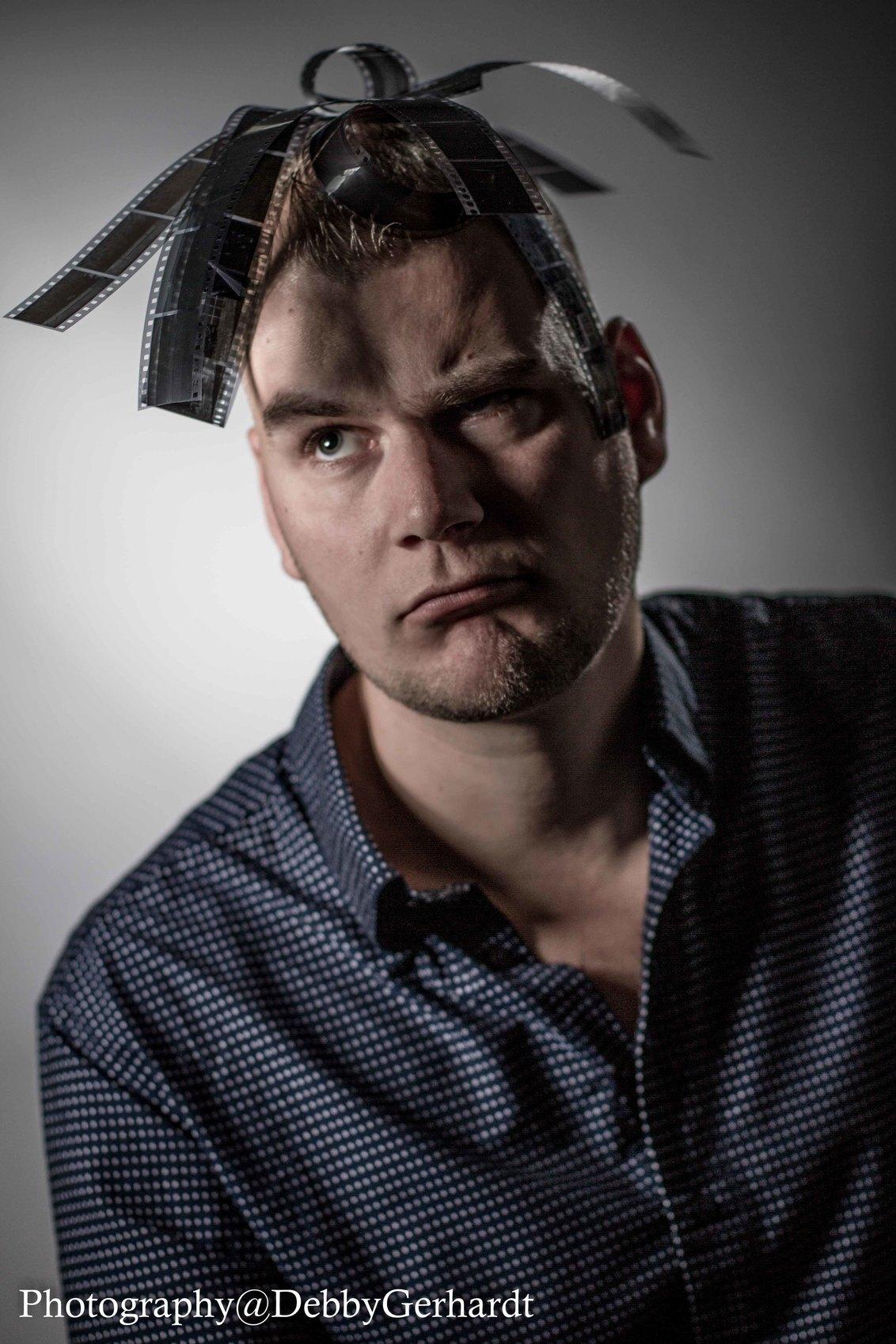 Brian - karakter portret van een fotograaf - foto door debbyvroon op 11-11-2015 - deze foto bevat: man, donker, licht, portret, fantasie, model, flits, kunst, haar, bewerking, nostalgie, sfeer, emotie, studio, contrast, photoshop, belichting, closeup, klassiek, creatief, fotoshoot, karakter, flitser, lowkey, 50mm, lightroom, karakterportret