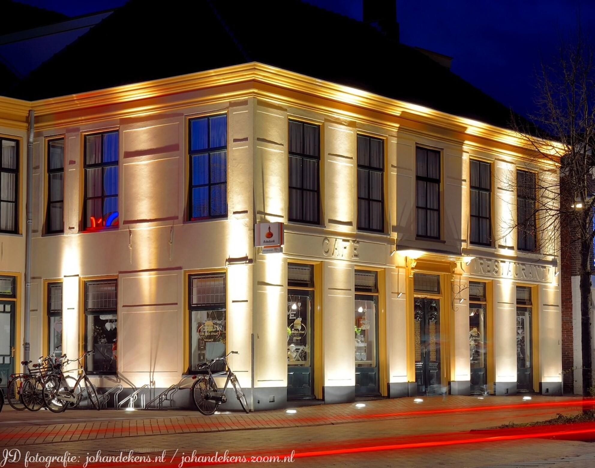 Hotel Struvé - Hotel Struvé is halverwege 19e eeuw opgezet door Cornelis Struve. Ooit begonnen als koffiehuis, en later uitgegroeid tot een succesvol hotel.  In h - foto door johandekens op 05-04-2015 - deze foto bevat: architectuur, hotel, restaurant, jumbo, avondfotografie, hoogezand, sappemeer, oud pand, struvé - Deze foto mag gebruikt worden in een Zoom.nl publicatie