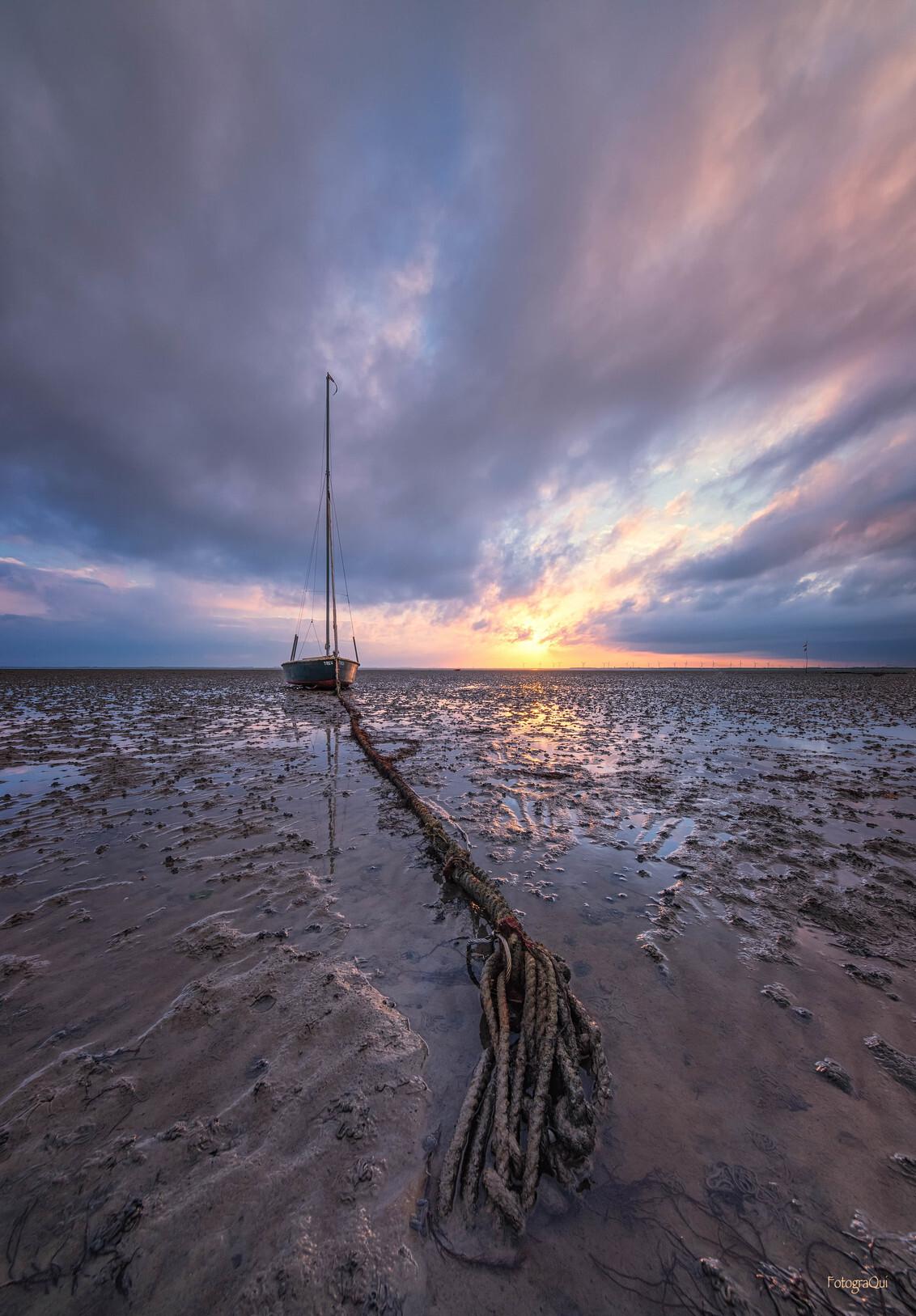 The Line - Wat was het prachtig, zaterdagmorgen. Althans, even... want hier gold; ochtendrood, regen in de sloot...  Hartelijk dank voor de fijne reacties op  - foto door FotograQui op 03-05-2020 - deze foto bevat: lucht, wolken, zon, zee, water, natuur, boot, landschap, zonsopkomst, nikon, zeeland, kust, oosterschelde, irix