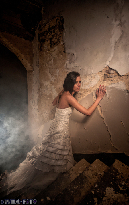 Waar is hier de nooduitgang?! - Fotoshoot in een oud klooster. Voor mij de eerste keer met een model. Gebruik gemaakt van een daglichtlamp en een rookmachine. - foto door wido-foto op 03-12-2013 - deze foto bevat: trouwen, licht, portret, model, raam, meisje, mooi, bruid, klooster, urbex