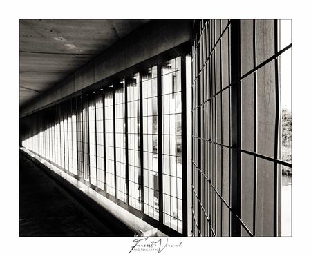 Contradiction II - Deze foto is deel van een Parkeergarage project. - foto door CapturedbyR op 17-02-2021 - deze foto bevat: abstract, licht, lijnen, architectuur, reflectie, gebouw, perspectief, zwartwit, amersfoort, parkeren, garage