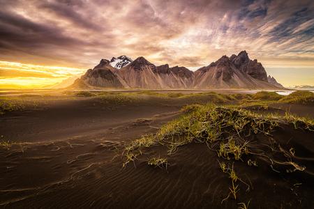 Vestrahorn, Stokksnes IJsland - Na heel lang sparen en plannen toch eindelijk mijn trip naar IJsland aan het ervaren! Wat een prachtig land, zeker voor fotografen. Dit is de bekende - foto door chrissnoek op 17-05-2016 - deze foto bevat: zon, avond, zonsondergang, landschap, duinen, ijsland, bergen, hdr, iceland, Vestrahorn, stokksnes
