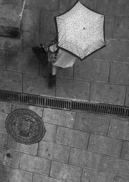 van boven - heen   genomen vorig jaar in Santander, vanuit een soort erker keek je op de straat. na enkele passages van mensen kreeg ik het idee om dat beeld  - foto door sparks_zoom op 29-01-2014 - deze foto bevat: sparks, op straat, van boven, heen en weer