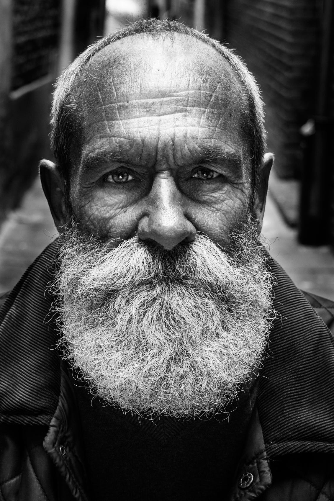Mystery behind the beard - Een keer een hele andere stijl... Lee jeffries inspiratie - foto door anoukstrijbos op 25-07-2016 - deze foto bevat: mensen, donker, portret, schaduw, daglicht, zwartwit