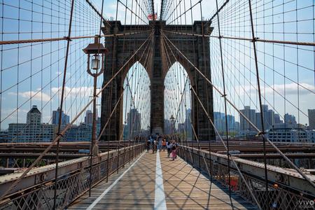 Lijnenspel - Door de stand van de zon was de schaduw van de baleinen van de brug een extra traktatie op de brugdek - foto door Vivo op 13-10-2019 - deze foto bevat: lijnen, reizen, bruggen, amerika, reisfotografie, New York, Brooklyn Bridge