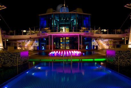 Neon licht bestrijkt het zwembad
