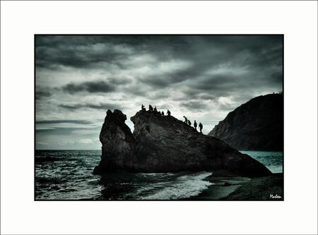Met z'n allen ... - In het plaatsje Monterosso al Mare bij de Cinque Terra in Italië was het weer niet al te best. Net toen er donkere wolken aankwamen en de eerste drup - foto door Foto_Marleen op 13-06-2010 - deze foto bevat: lucht, wolken, mensen, water, silhouette, italie, rots, dreigend, hdr, Foto_Marleen