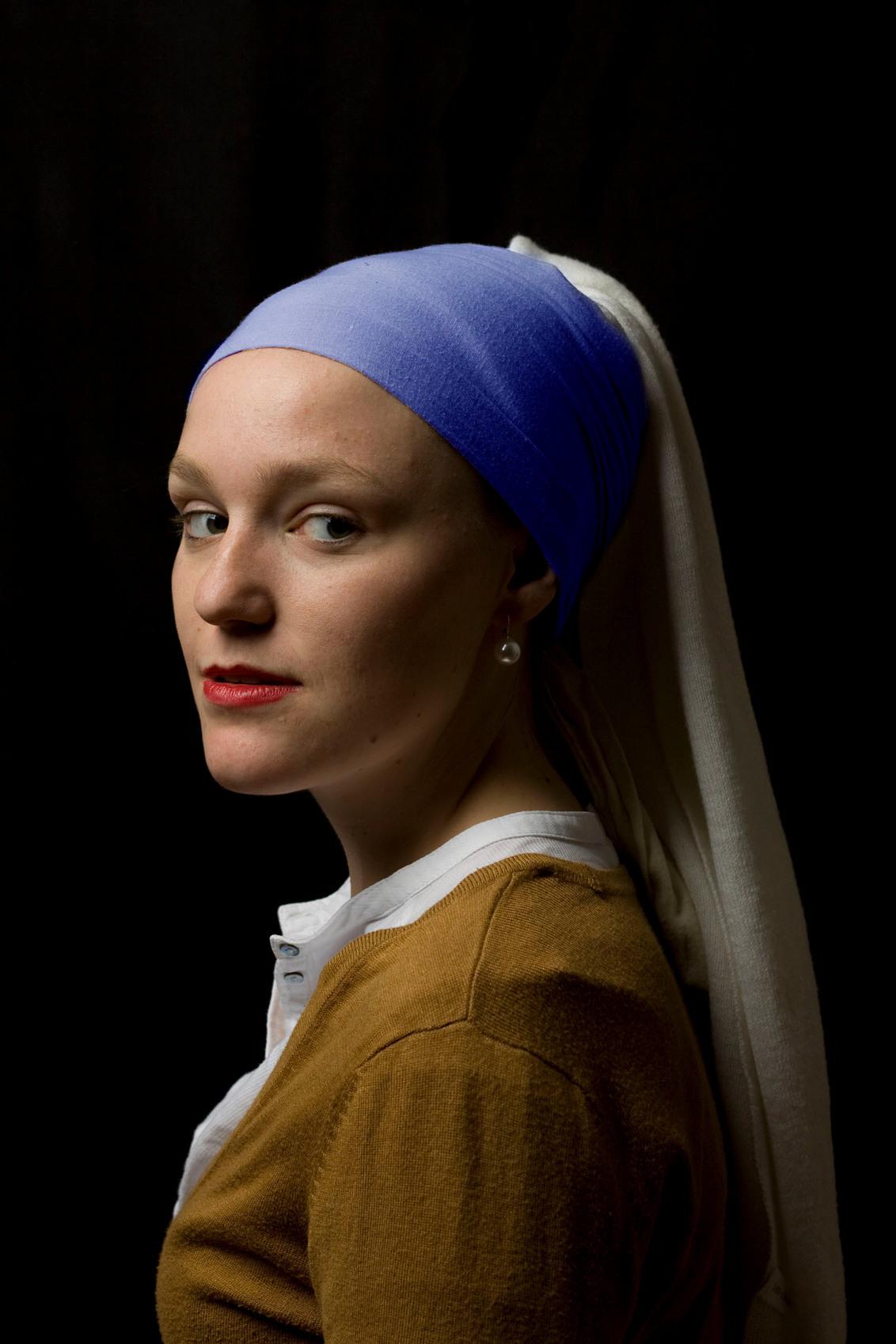 Jerney met de parel - Remake van bekend meesterwerk van Johannes Vermeer - Meisje met de parel   Girl with a pearl earring - foto door midfield op 16-04-2014 - deze foto bevat: vrouw, donker, licht, portret, schilder, schaduw, model, flits, kunst, ogen, art, schilderij, meisje, emotie, studio, blond, mauritshuis, belichting, softbox, kunstenaar, mode, fotoshoot, parel, oorbel, meid, kunt, kopie, visagie, copy, lichtinval, flitser, lowkey, studioflitser, inspiratie, oorbellen, meesterwerk, styling, meester, vermeer, strobist, remake, plagiaat, tronie, hollandse meester, johannes vermeer, parel oorbellen, parel oorbel, meisje met de parels, meisje met de parel, girl with a pearl earring remake, girl with the pearl earring, girl with a pearl earring