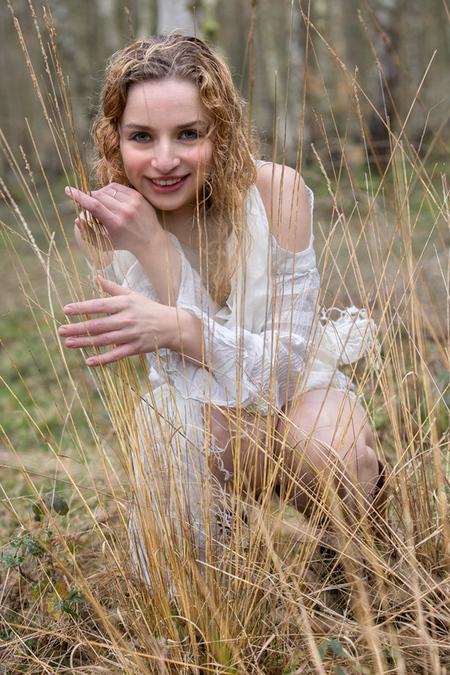 Talita in nature - Kwam net nog een foto tegen van november twee jaar gelelden. Opnieuw bewerkt en toch maar geplaatst hier ... De foto is gemaakt bij mij hier op de V - foto door jhslotboom op 18-11-2016 - deze foto bevat: vrouw, gras, wit, nature, natuur, licht, portret, model, daglicht, ogen, haar, lachen, erotiek, lach, beauty, blond, talita, hemdje, pijpenstrootje