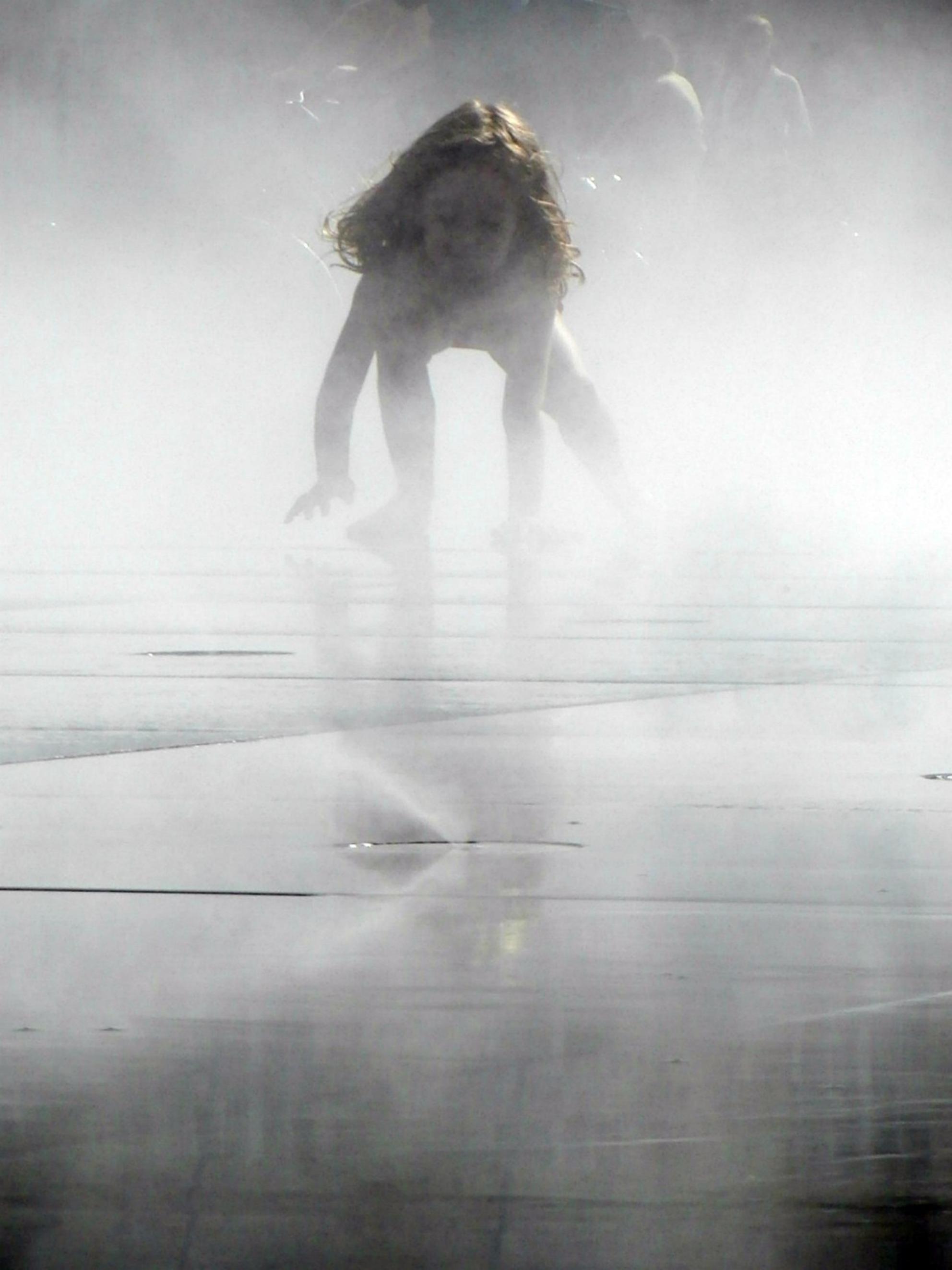 Spookje - Kind dat speelt op een waterspeelplaats in Bordeaux. Op de speelplaats veranderd het water soms in stoom. - foto door ikkeerica op 24-12-2011 - deze foto bevat: sport, natuur, kind