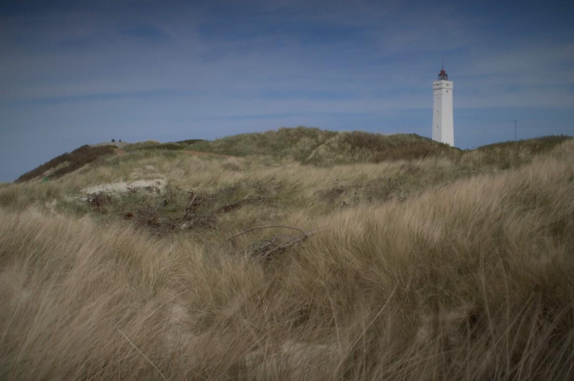 Duinen met vuurtoren Denemarken - In Denemarken voor het eerst met mijn nieuwe grijsfilter geoefend. De 'beweging' in het gras is wat mij betreft aardig gelukt, maar ik ben niet tevre - foto door leonhnoel op 14-05-2015 - deze foto bevat: strand, vuurtoren, duinen, denemarken