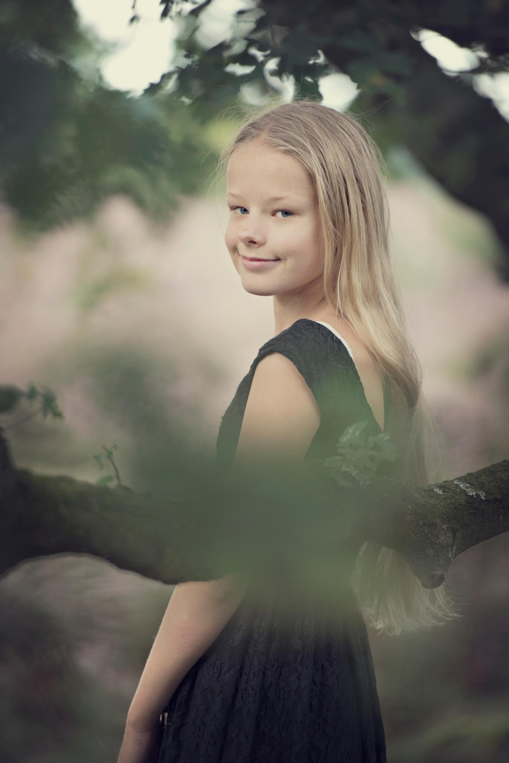 Toekomstig fotomodel - - - foto door LonnekePrins op 01-11-2017 - deze foto bevat: veluwe, licht, posbank, portret, zomer, daglicht, kind, kinderen, haar, fashion, meisje, lief, beauty, glamour, blond, fotoshoot - Deze foto mag gebruikt worden in een Zoom.nl publicatie
