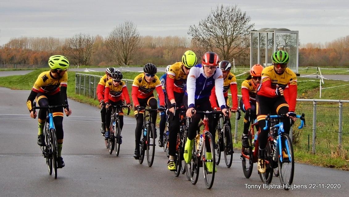 training - wij hebben in Nieuwegein een wielerbaan waar regelmatig getraind wordt voor waarschijnlijk echte wedstrijden. toevallig werden net de rondjes gereden - foto door Tonny1946 op 28-11-2020 - deze foto bevat: mensen, herfst, bomen, wielrenners, nieuwegein, struiken, training, wielerbaan, parcours, november 2020, racefietse