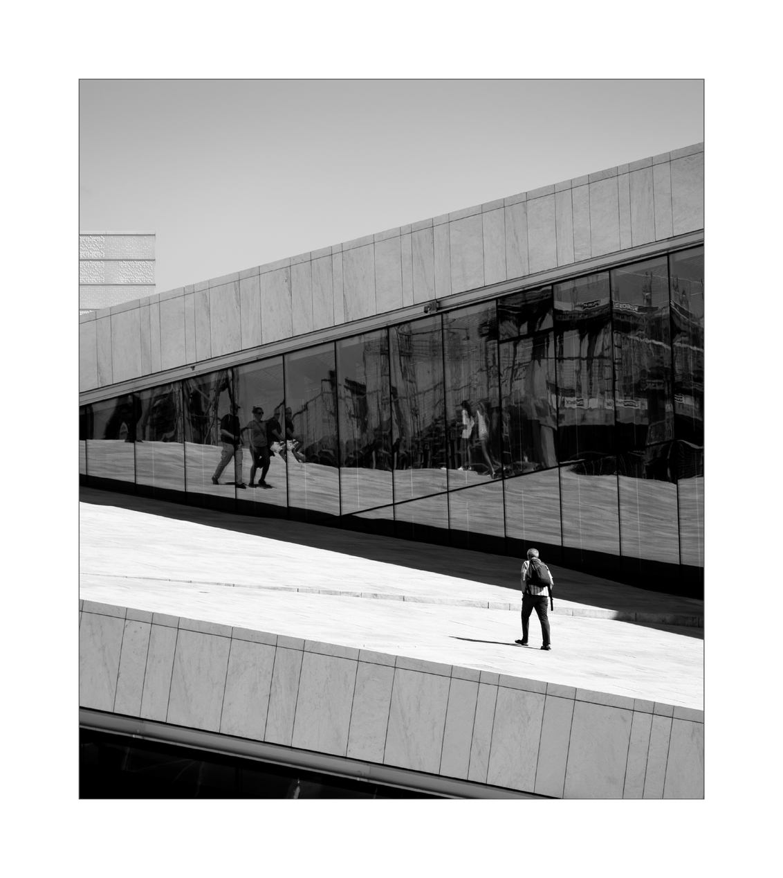 Oslo Opera House. II - - - foto door Joshua181 op 17-11-2017 - deze foto bevat: licht, lijnen, architectuur, gebouw, stad, noorwegen, zwartwit, oslo, straatfotografie, reisfotografie