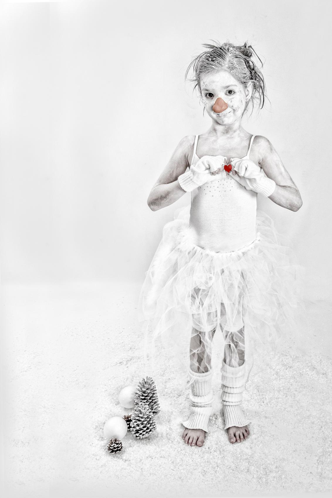Sneeuwman Britt - Gisteren weer druk bezig geweest met het maken van de kerstkaart... Maar ik kan niet kiezen welke ik ga gebruiken.. - foto door jackyduck op 09-12-2013 - deze foto bevat: wit, kerst, winter, appel, kind, kinderen