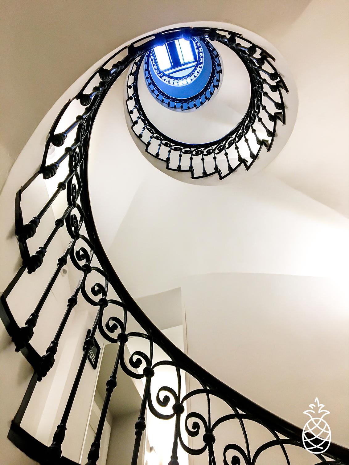 Going Up - Altijd op zoek naar mooie trappen. Deze vond ik in Alicante Spanje.  Gemaakt met iiPhone. Wel gevraagd of ik met camera terug mag komen.... - foto door HenkPijnappels op 15-08-2020 - deze foto bevat: oud, trap, abstract, licht, lijnen, architectuur, gebouw, kunst