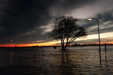 Hoogwater bij avond