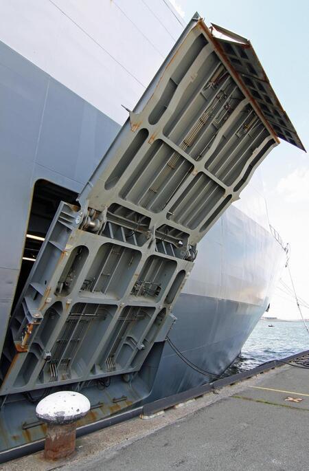 Bridge over Troubled Water - Een vd Loading Ramps (laadbrug) die Hr. Ms. Rotterdam.. L 800 heeft... - foto door Flyboy op 03-07-2011 - deze foto bevat: marine, vlootdagen, Hr. Ms. Rotterdam