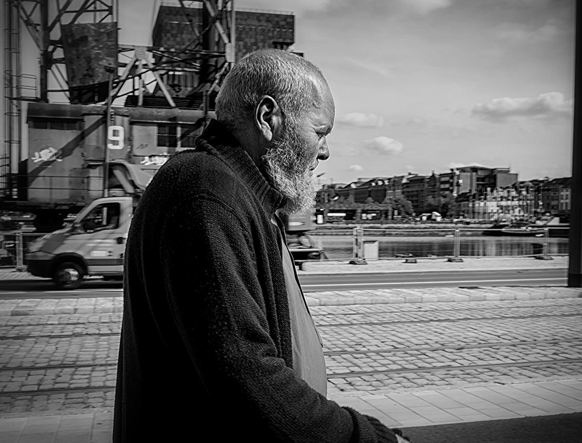 Langs de Kade... - - - foto door Terpstra.A op 09-01-2018 - deze foto bevat: oud, man, straat, stad, haven, antwerpen, zwartwit, beweging, kade, straatfotografie, wandelaar