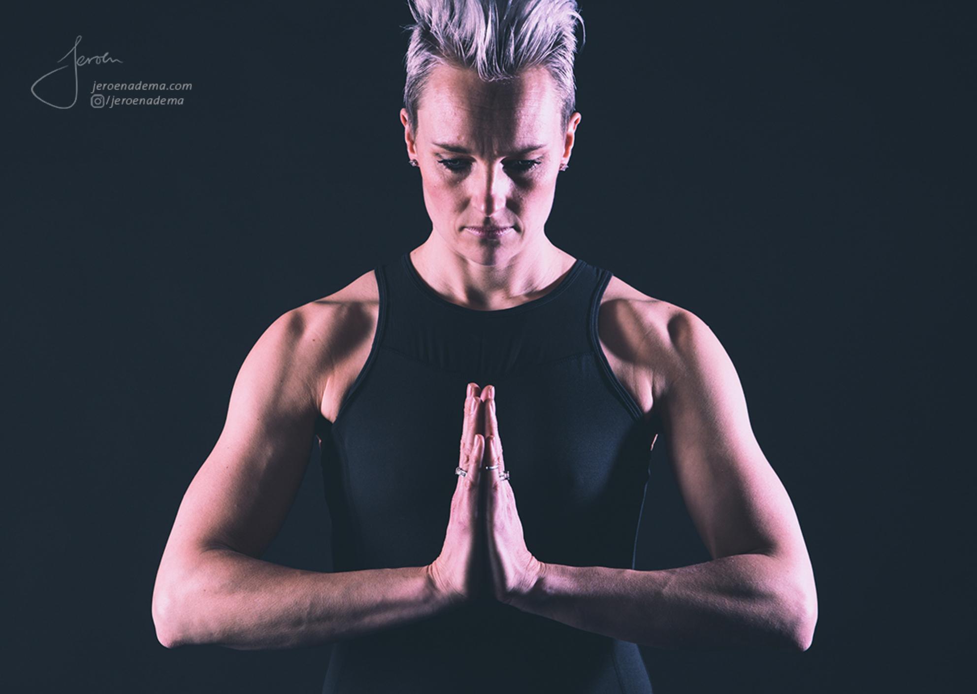 Pose II - Deze shoot met Irma was erg leuk en mooi om te doen. Ze wou graag 2 soorten foto's; een serie met body balance / yoga -achtige poses en een serie met - foto door jeroenadema op 13-03-2017 - deze foto bevat: vrouw, donker, kleur, licht, handen, portret, schaduw, model, gezicht, haar, fashion, beauty, emotie, pose, glamour, studio, blond, vrede, rust, closeup, klassiek, spieren, fotoshoot, kalmte, artistiek, armen, lowkey, yoga, houding, lijf, krachtig