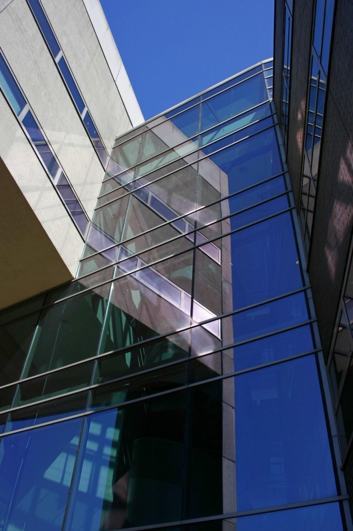 Spiegeling gebouw - Vandaag weer op pad gegaan heb ik deze spiegeling gemaakt. - foto door Smeets op 29-03-2021 - deze foto bevat: architectuur