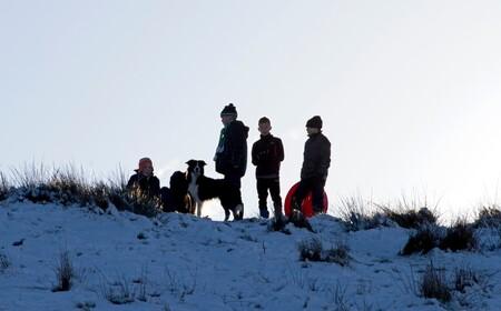 Wachten - Ik weet dat niet alle kinderen kijken. Maar, vond het toch wel iets moois uitstralen. De kinderen staan te wachten. Totdat ze met de slee van de VAM - foto door Jaqueline01 op 17-01-2016 - deze foto bevat: sneeuw, winter, hond, kinderen, heuvel, slee