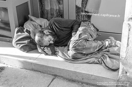 Dakloze - Clochard - foto door arthurvanleeuwen op 07-11-2019 - deze foto bevat: man, straat, zwerver, stad, arm, zwartwit, slapen, mens, straatfotografie, dakloze, sloeber, vagebond, landloper, pauper