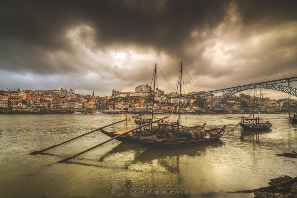 Rabelo boten in de Douro - [url]https://dvdwphotography.com/2019/06/04/porto-a-small-selection/[/url] -- [url]https://www.facebook.com/DVDWphotography/[/url] -- [url]https: - foto door dennisvdwater op 11-06-2019 - deze foto bevat: lucht, wolken, uitzicht, port, boot, vakantie, reizen, landschap, stad, porto, brug, rivier, portugal, cultuur, straatfotografie, hdr, toerisme, urbex, reisfotografie, europa, douro, rabela