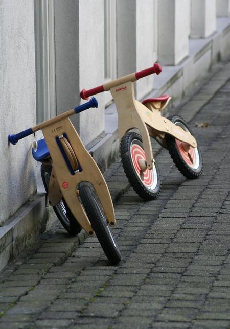 2 loopfietsjes - Ergens in een klein achterafstraatje in Antwerpen stonden deze tegen de muur. - foto door SchizoDuckie op 25-03-2008 - deze foto bevat: antwerpen, loopfiets