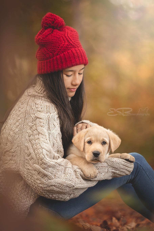 happines is a warm puppy - - - foto door ellen-braeckman-photography op 28-10-2018 - deze foto bevat: licht, herfst, portret, model, hond, liefde, daglicht, kind, kinderen, fashion, meisje, beauty, emotie, fotoshoot