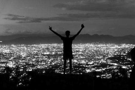 King of the World - Napels - Uitzicht op de stad Napels, Italië. - foto door Krulkoos op 03-09-2020 - deze foto bevat: uitzicht, panorama, vakantie, reizen, silhouette, vergezicht, stad, nacht, stadsgezicht, travel, zwartwit, city, italie, lichten, lichtjes, italy, napels, traveling, reisfotografie, rondreis, blackandwhite, napoli, pompei, holiday, zwartenwit, leica, cityscape, zwartwitfotografie, City view, Avanta, maurice weststrate, stadslichten, avantareis, dlux, d_lux7