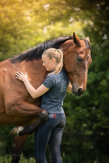 Naomi en Utah - - - foto door iCyn op 17-06-2020 - deze foto bevat: paard, meisje, dame, knuffel, bokeh, kwpn, natuurlijk licht