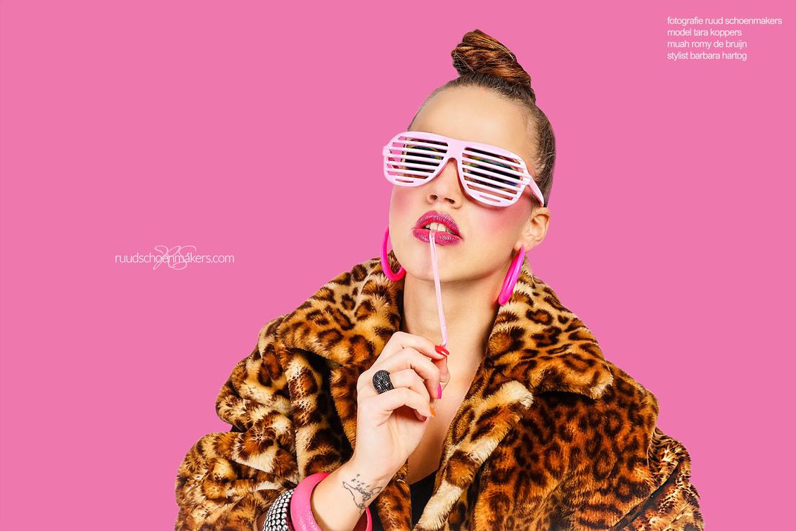tara. - Thema: NEON 80's. Een concept dat bedacht is door een stylist waarmee ik al enkele samenwerkingen heb gehad. Tara is een ervaren model die de stylist - foto door Imuse op 26-10-2016 - deze foto bevat: roze, kleur, bril, model, flits, fashion, snoep, glamour, studio, neon, kauwgom, mode, fotoshoot, visagie, lippenstift, strobe, studiofotografie, visagist, styling, stylist, fashionfotografie, 80s