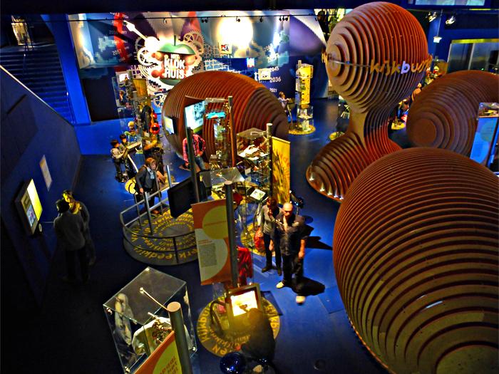 B&G 7 - Beeld en Geluid (Hilversum): het Experience Center.  Niet in één blik te vatten: de camera koos voor 4 verschillende belichtingen en maakte er deze f - foto door ekeren op 20-11-2012 - deze foto bevat: Beeld en Geluid, experience center