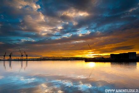 Belfast Harbour, home of the Titanic. - Gemaakt in Belfast waar ooit de Titanic haar vaart naar de ondergang begon. - foto door eyefocus-76 op 30-10-2012 - deze foto bevat: wolken, zon, haven, weerspiegeling, zonsopgang, ierland, belfast, titanic