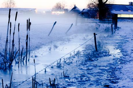 Mist over half bevroren sloot