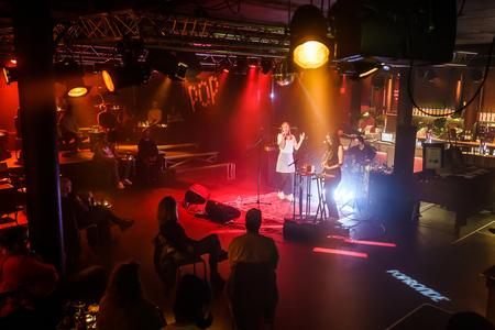 ANNNA - Popronde pre-party in Groningen in Simplon met ANNNA (coronaproof) - foto door Lenjan op 27-10-2020 - deze foto bevat: licht, pop, artiest, muziek, optreden, concert, zingen, band, muzikant, geluid, zangeres, live, festival, concertfotografie, podium, annna